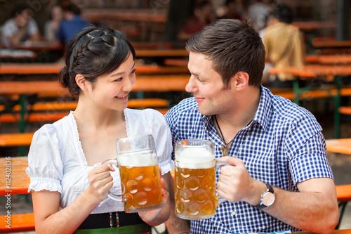 Leinwand Poster Gemeinsam anstoßen im Biergarten
