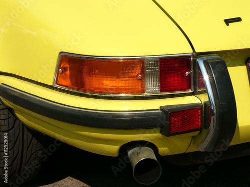 Wallpaper Mural Rücklicht und Stoßstange eines gelben deutschen Sportwagen der Sechzigerjahre un
