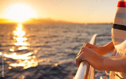Sailing away into the sunset. Fototapet