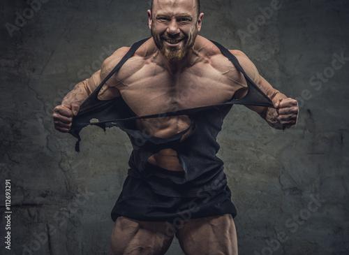 Huge bodybuilder rend his garments. Tapéta, Fotótapéta