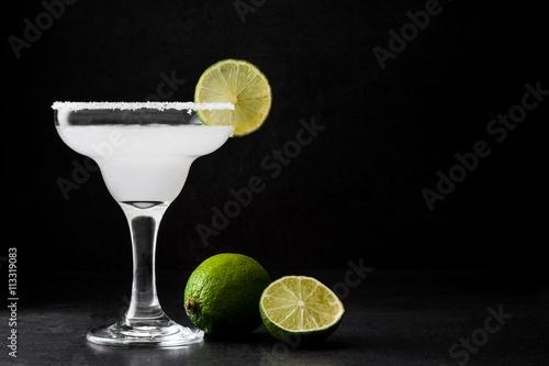 Fotomural Margarita cocktail on slate background