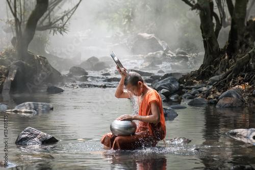 Photo Monk take a bath