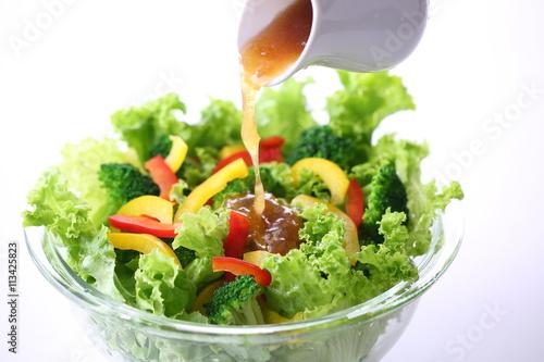 Obraz na płótnie 野菜サラダにドレッシングをかける