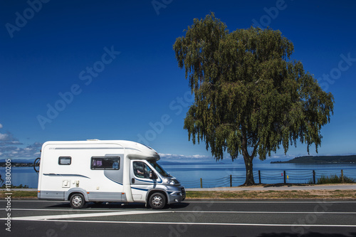 Fotografia A campervan driving along the coast of Lake Taupo in North Island of New Zealand