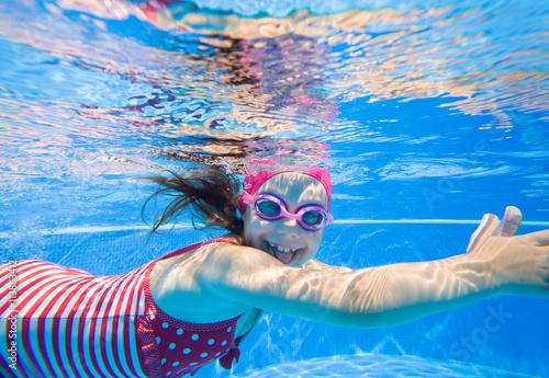 Canvas Print girl in swimming pool