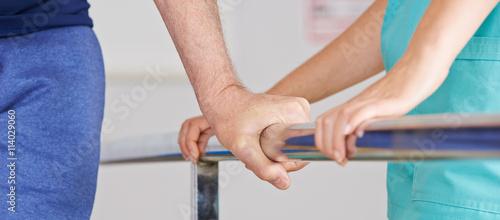 Cuadros en Lienzo Hand eines Senioren am Geländer bei Physiotherapie