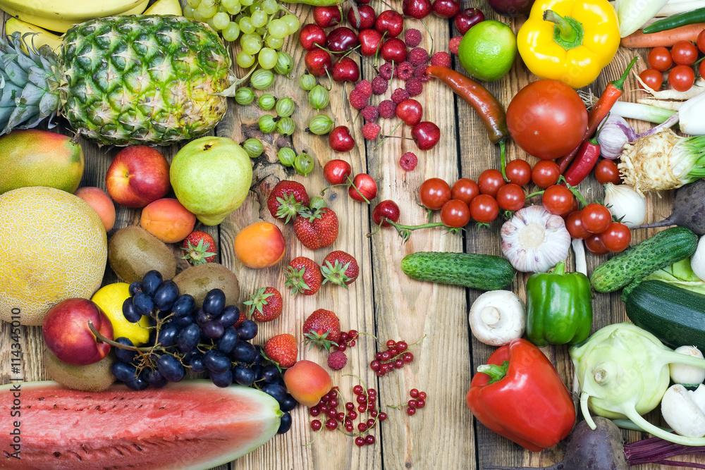 warzywa i owoce na drewnianym stole