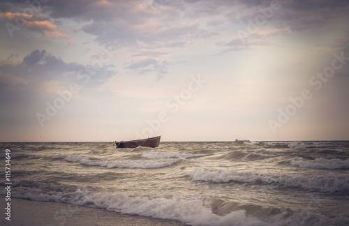 Obraz na płótnie Рыбацкая лодка и морской шторм
