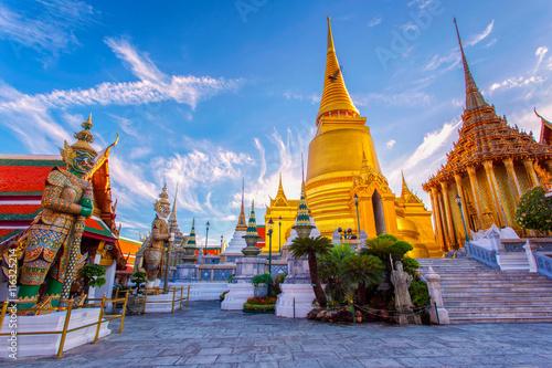 Fototapeta premium Wat Phra Kaew Starożytna świątynia w Bangkoku w Tajlandii