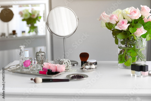 Canvas-taulu Cosmetic set on light dressing table