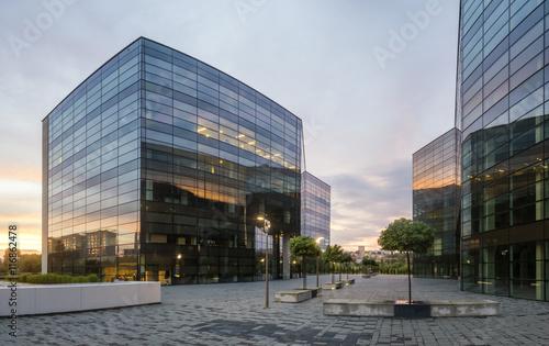 Fototapeta Modern office building in the evening