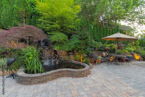 Fotografía Backyard Landscaping Patio with Waterfall Pond