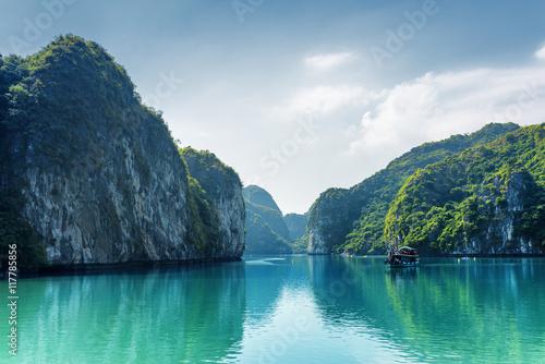 Fotografia Beautiful view of lagoon in the Ha Long Bay, Vietnam