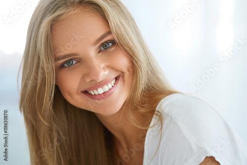 Cuadros en Lienzo Portrait Beautiful Happy Woman With White Teeth Smiling