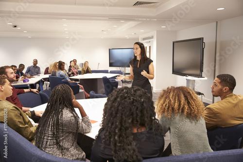 Photo Female teacher addressing university students in a classroom