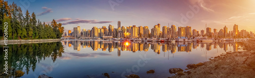 Fototapeta premium Piękna panorama Vancouver i port w złotym wieczornym świetle, Kanada
