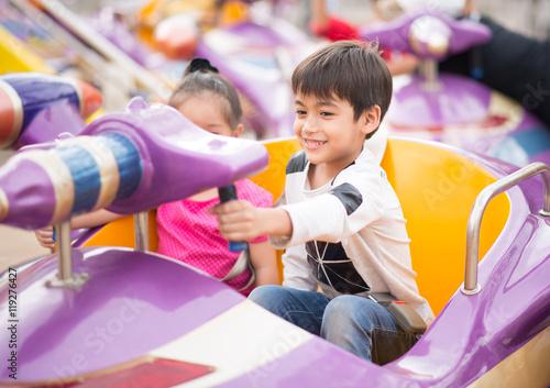 Canvastavla Little boy in amusement park