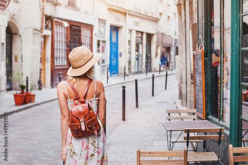 Photo woman tourist on the street, summer fashion style, travel to Europe