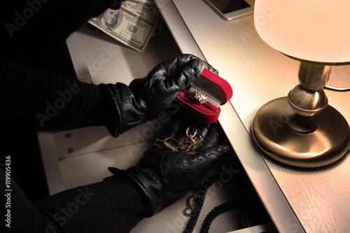Carta da parati Thief stealing jewellery