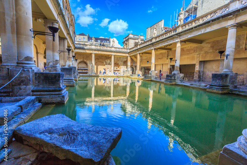 Photo BATH, ENGLAND - JULY 8, 2014: inside of Roman Baths with unidentified people, which is a site of historical interest in the city of Bath