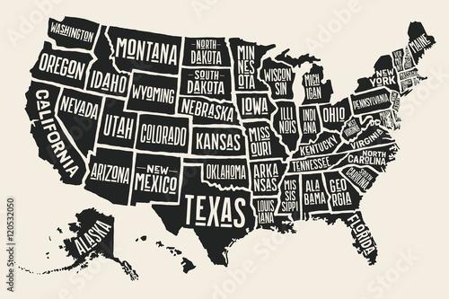 Fototapeta premium Plakatowa mapa Stanów Zjednoczonych Ameryki z nazwami stanów. Czarno-biała drukowana mapa USA na temat koszulki, plakatu lub geografii. Ręcznie rysowane czarna mapa ze stanami. Ilustracja wektorowa