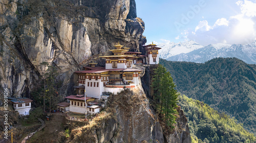 Photo Taktshang Goemba or Tiger's nest Temple or Tiger's nest monastery the beautiful buddhist temple