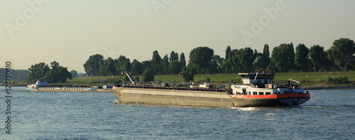Foto barge on the river