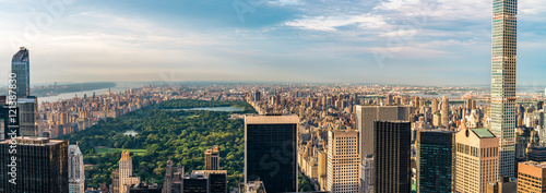 Tableau sur Toile Panorama cityscape view on Central Park, New York, seen from the Rockefeller building Top of the Rocks before summer sunset