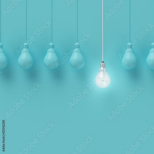 Wiszące żarówki ze świecącym jednym innym pomysłem na jasnoniebieskim tle, minimalny pomysł, płaski układ, góra