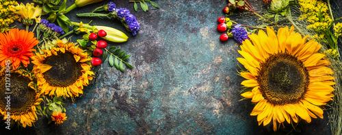Naklejka na szafę Dekoracja kwiatowa w słoneczniki i jesienne kwiaty i liście na ciemnym tle vintage