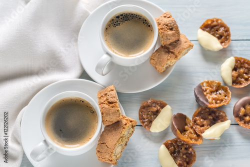 Canvastavla Cups of coffee with florentine cookies
