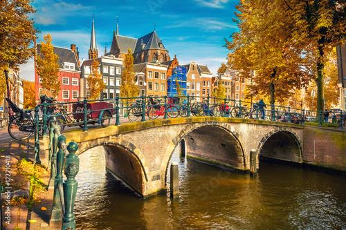 Fototapeta premium Mosty nad kanałami w Amsterdamie jesienią