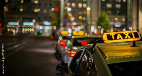 Photo nachts warten Taxis auf Fahrgäste