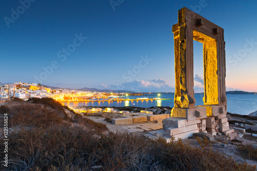 Платно View of Portara and remains of temple of Apollo at sunset.