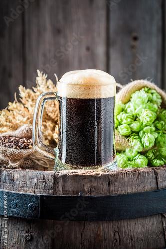 Photo Pint of fresh dark beer with ingredients
