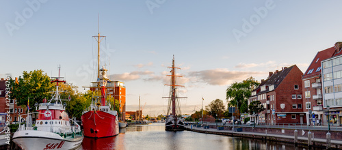 Canvastavla Emden am Delft  mit Abendstimmung