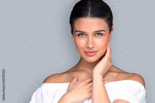 Fototapeta premium Zabiegi kosmetyczne do pielęgnacji urody piękne mieszane pochodzenie etniczne potężne intensywne oczy
