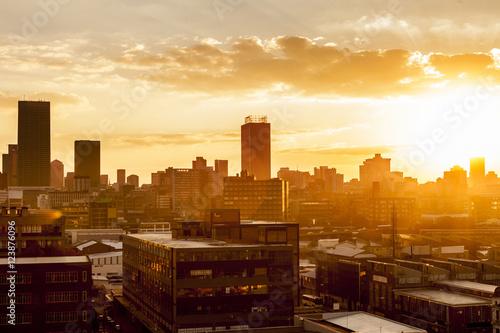 Fototapeta premium Miasto podczas ciepłego zachodu słońca