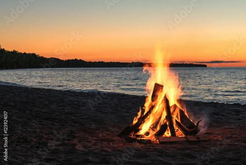 Leinwand Poster Strandfeuer mit schönem Sonnenuntergang-Himmel