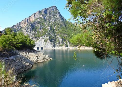 Valokuva Mountain near the lake in the Green Canyon