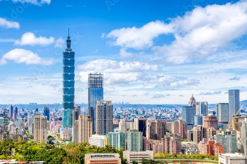 Fototapeta premium Pejzaż Tajpej z drapaczem chmur pod dramatyczne chmury na błękitnym niebie na Tajwanie