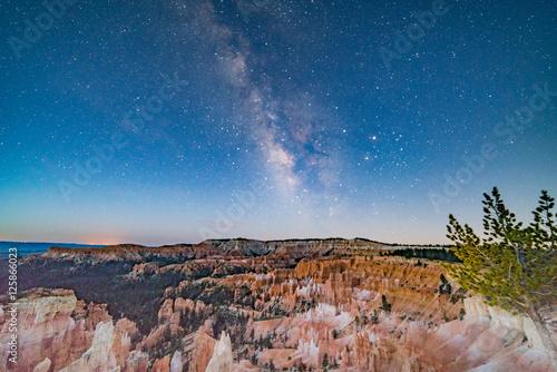 Fotografia Milky Way over Bryce Canyon Utah between Moonset and Sunrise