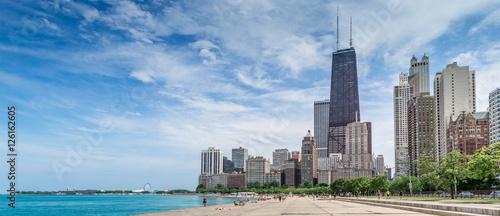Fototapeta premium Ludzie cieszący się ciepłą letnią pogodą w Chicago