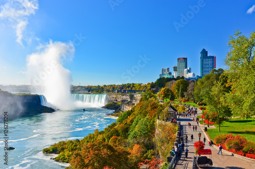 Obraz na plátně View of Niagara Falls in a sunny day