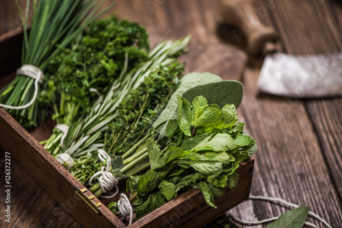 Carta da parati fresh aromatic herbs on kitchen table