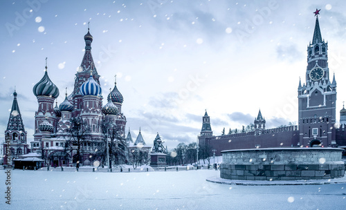 Photo Christmas time in Moscow - snow falling on Red Square, Russia