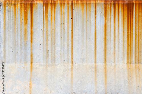 Carta da parati rusty stain dirty from rain steel erosion.