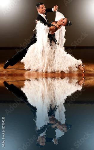 Obraz na płótnie Professional ballroom dance couple preform an exhibition dance