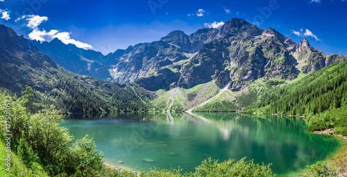 Fototapeta premium Oszałamiający wschód słońca nad jeziorem w Tatrach latem