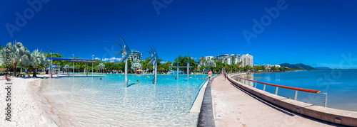 Photo CAIRNS, AUSTRALIA - 27 MARCH 2016. The Esplanade in Cairns with